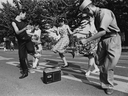 teenagers-dance-the-twist-around-a-radio-cassette-recorder-in-a-street-in-the-harajuku-district-of-shibuya-tokyo-japan-1978
